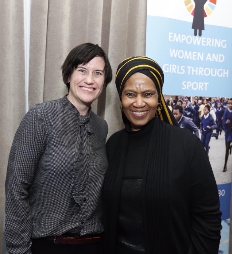 Phumzile Mlambo-Ngcuka, Präsidentin von UN Women, dankt Boxgirls-Gründerin Heather Cameron für ihre Arbeit mit Frauen und Mädchen in Südafrika (Foto: UN Women).